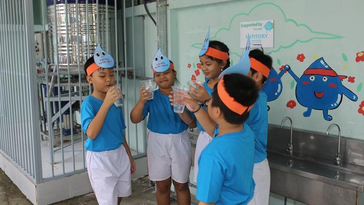"""Các em nhỏ thụ hưởng công trình nước sạch thuộc khuôn khổ chương trình """"Mizuiku - Em yêu nước sạch"""""""